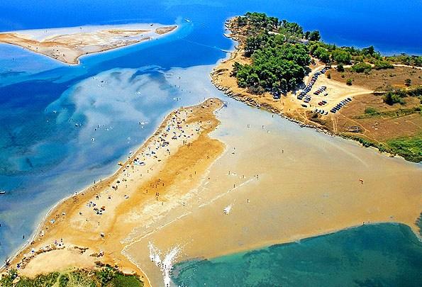 Nin homokos strandjai közvetlenül a város előtt terülnek el