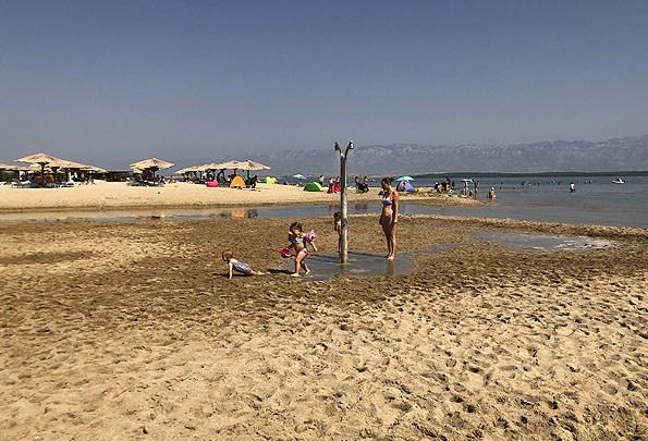 Sekély öböl, lankás, homokos stranddal Nin peremén