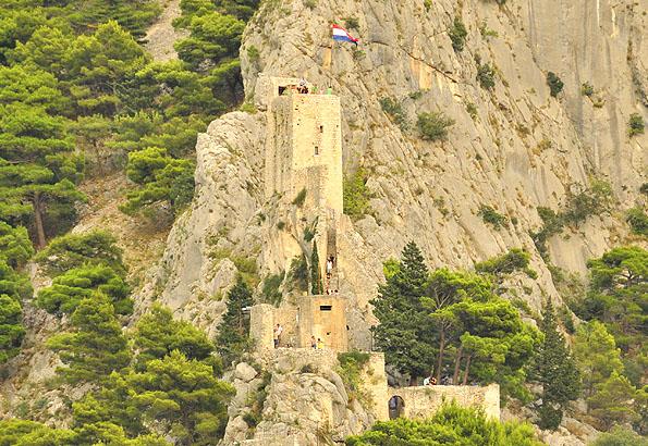 Minden Omis nyaralás kötelező állomása a hegyoldalban álló Mirabela erőd.