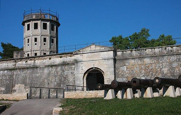 Pula erődje az őrtoronnyal és az ágyúkkal