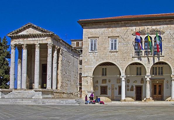 A Fórum és a Loggia (Városháza)
