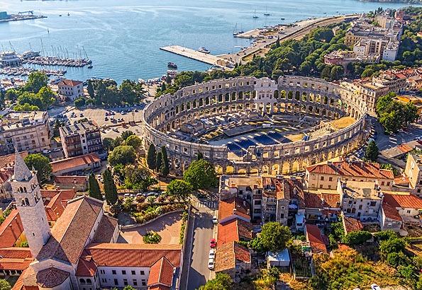 Pula Horvátország északi területén fekszik. Egykoron a Római Birodalom egyik legfontosabb kikötővárosa volt, így sok ókori műemlék található itt.