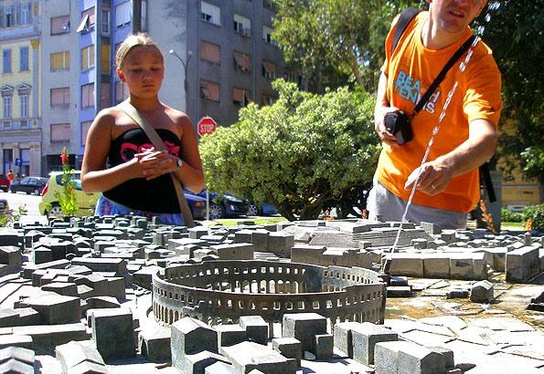 Egy maketten nézhetjük meg Pula óvárosát, látnivalóit a Titó parkban