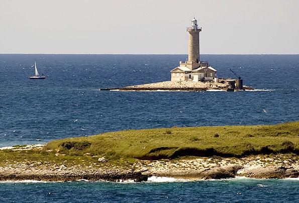 Az egyik legjobb nyaralási program a Porer világítótorony felfedezése. Már a tengerpartól jól látható.