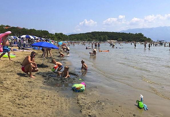 Nagyon lassan mélyül és homokos Lopar strandja