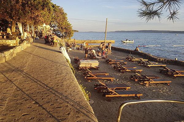 Ilyen kellemes naplementékkel vár a rabi városi strand