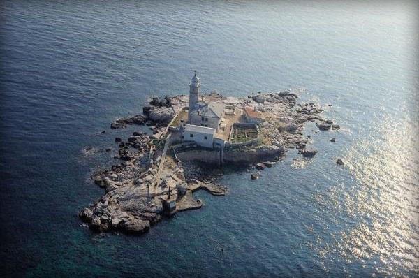 Rovinj előtt a nyílt tengeren található a Sveti Ivan világítótorony