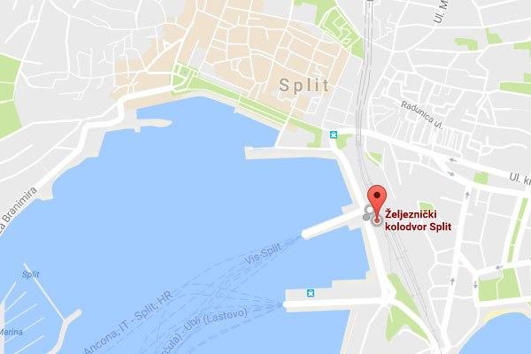 Splitnél egy helyen van a vasútállomás, a buszpályaudvar és a kikötő