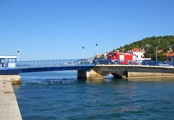 Ez a Tisno híd. Nyáron naponta kétszer húzzák fel.