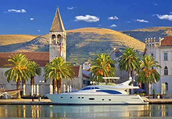 A mediterrán életérzés, középkori épületek és a csillogás a jellemző egy Trogir nyaralásra