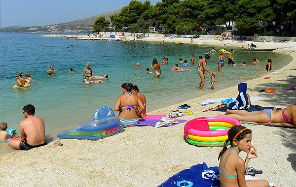 Trogir strandjai a Ciovo sziget partvonalán illetve a szomszédos településeken lettek kialakítva.