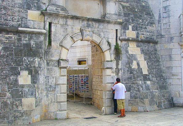 A középkorból maradt meg a Szárazföldi kapu. Ha áthaladunk alatta, rögtön a Főtérre érünk ki.