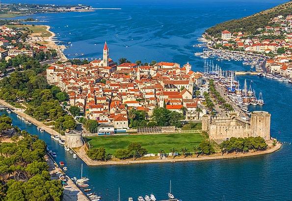 Trogir óvárosa egy kis szigetre épült, mely ma az UNESCO védelme alatt áll.