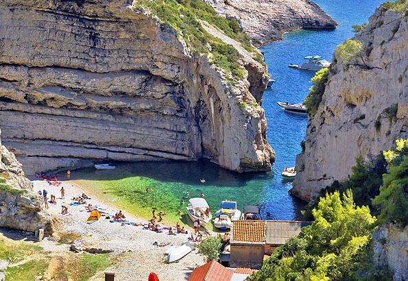 A nehezen megközelíthető Stiniva strand Horvátország legszebbjei között szerepel.