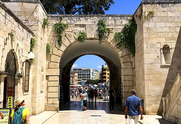 Ez Zadar Tengeri kapuja. Egykoron a nyílt tengerre nézett.
